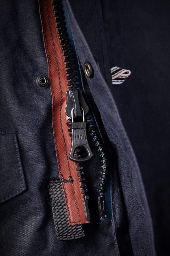 BiondoEndurance_Motorräder_GB_0009_Jacket-MkIII_NavyBlue_CottonCanvas_Front_Zipper_Glove_Tab