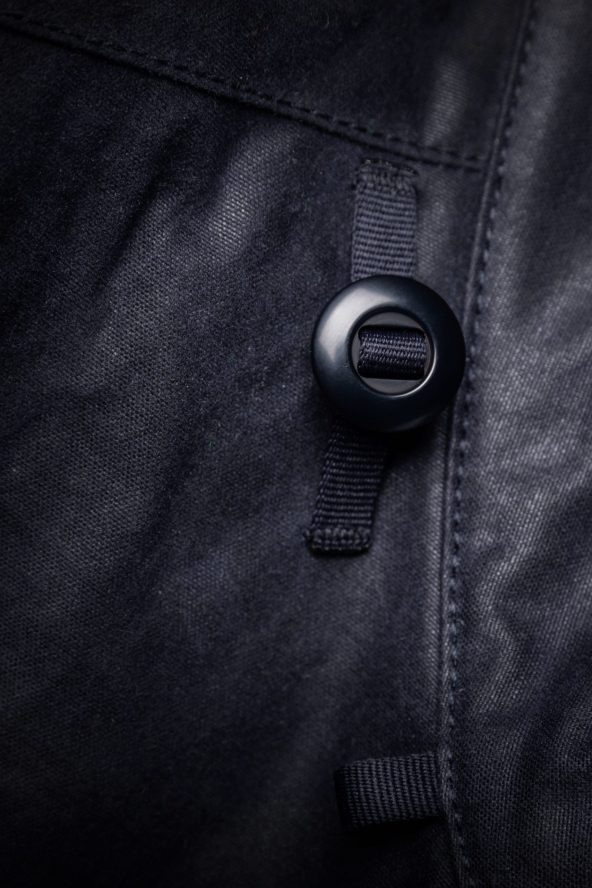 BiondoEndurance_Motorräder_GB_0009_Jacket-MkIII_NavyBlue_CottonCanvas_Hood_Buttons