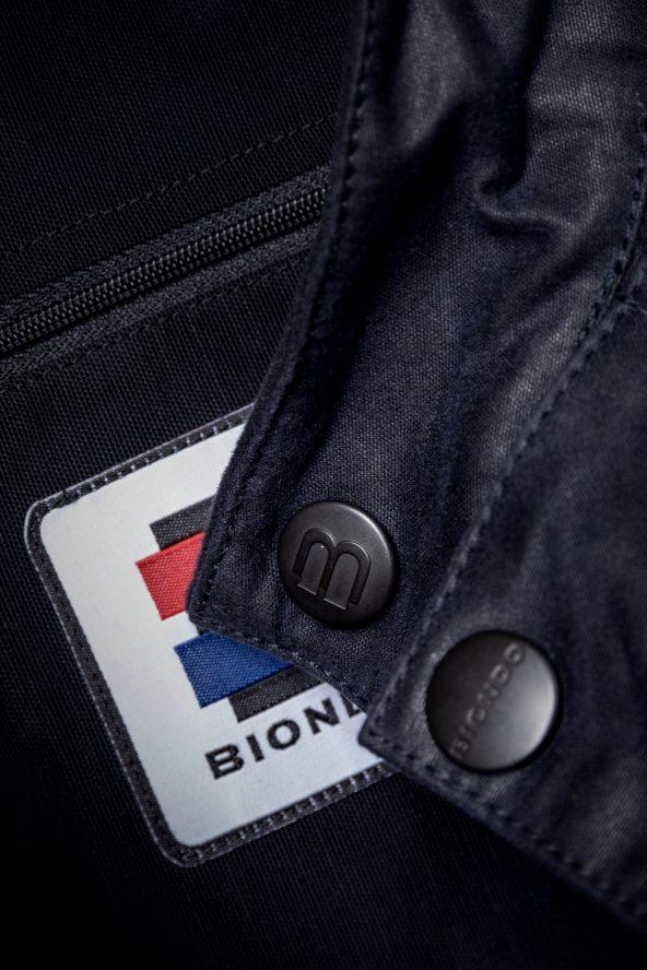 BiondoEndurance_Motorräder_GB_0009_Jacket-MkIII_NavyBlue_CottonCanvas_Collar_Fastening